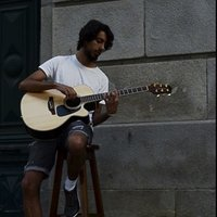 Spanish musician with experience in live concerts teachs guitar of all kinds in English